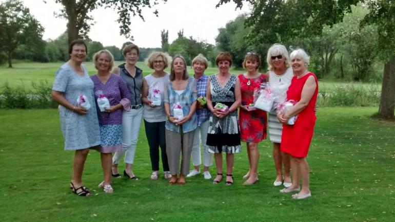 Seniorinnen laden Freundinnen